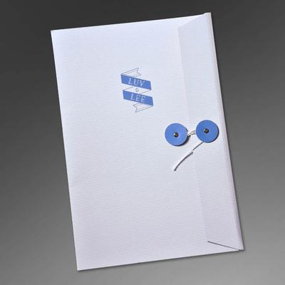 Weiße Mappe mit blauen Kordel & Knopf Verschluss