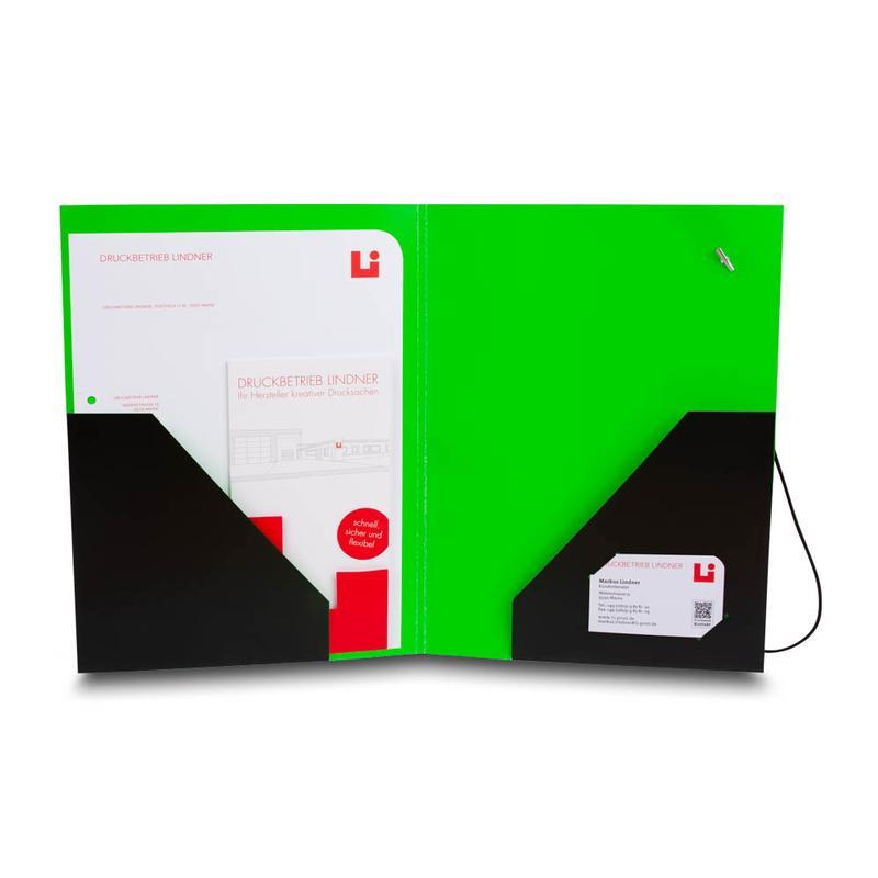 Grüne Mappe mit schwarzen Taschen und Inhaltsblättern
